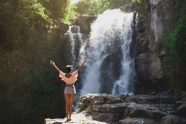 7 beneficios do banho de cachoeira para a saude