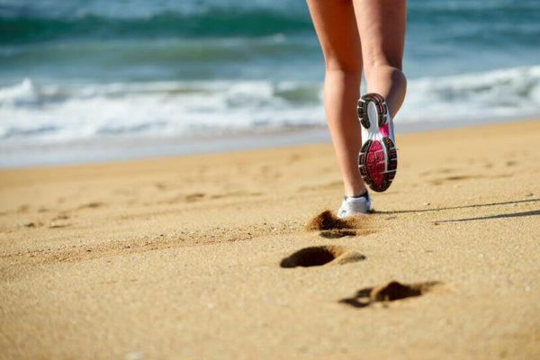 na onda da praia saiba porque correr na areia e bom para a saude do corpo e da mente