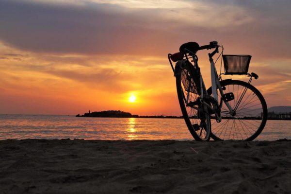 passeio de bike na praia do rosa