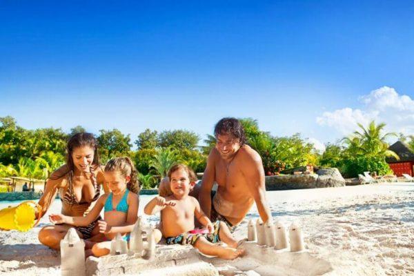 vai viajar com as criancas conheca 5 dicas para curtir a praia com os pequenos em seguranca